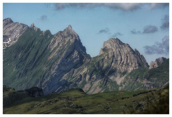"""Blick vom Hohen Kasten: der Altenalptürm (rechts) ist nicht nur """"gebogen"""", sondern auch der nördlichste 2.000er der Schweiz"""