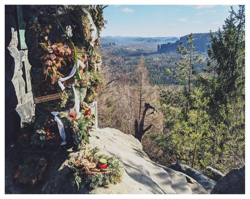 Bergsteigerehrenmal und Aussicht von der Hohen Liebe