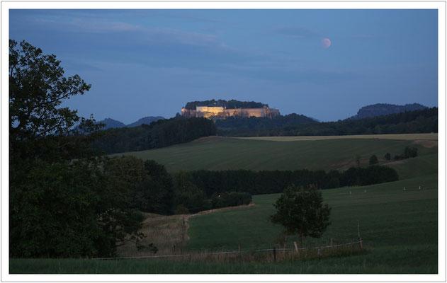 Zaghaft beginn die Mondnacht über der Festung Königstein