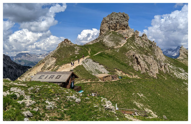 die Hütte Baita Marino Pederiva mit dem Col de Ciampac im Hintergrund