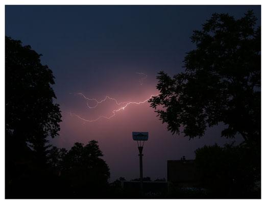 nächtliches Blitzspektakel vor dem Küchenfenster