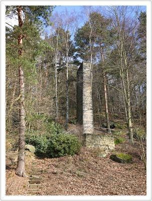 Kriegerdenkmal (1936) am Fuß des Berges