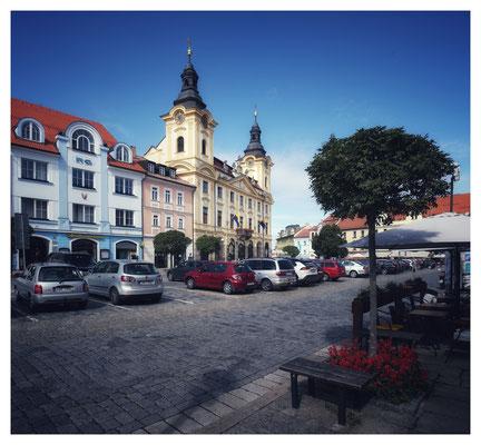 Blick auf den (noch zugeparkten) Marktplatz mit dem historischen Rathaus.