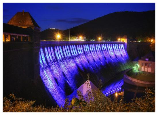 ...39 LED's beleuchten die Staumauer in wechselnden Farben.
