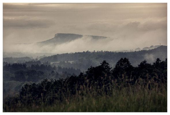"""Fernblick zur """"Nebelklippe"""": Blick vom Hohenleipaer Schlossberg zum Großen Zschirnstein"""