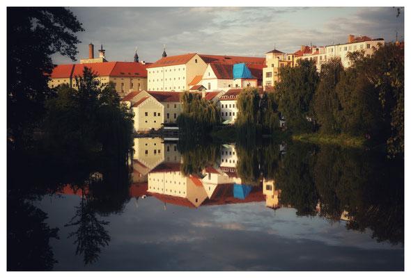 Das Stadtbild spiegelt sich perfekt im Fluss.