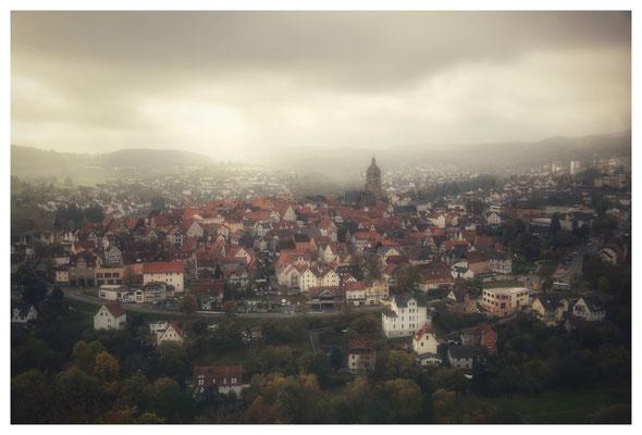 ...mit trüber Aussicht über die Stadt...