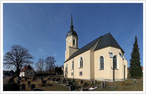 Unweit des Schlosses steht die Dorfkirche...