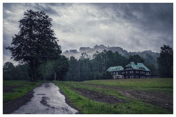 Der Regen lässt nach: Nebelfetzen am Jagdschlösschen Hohenleipa