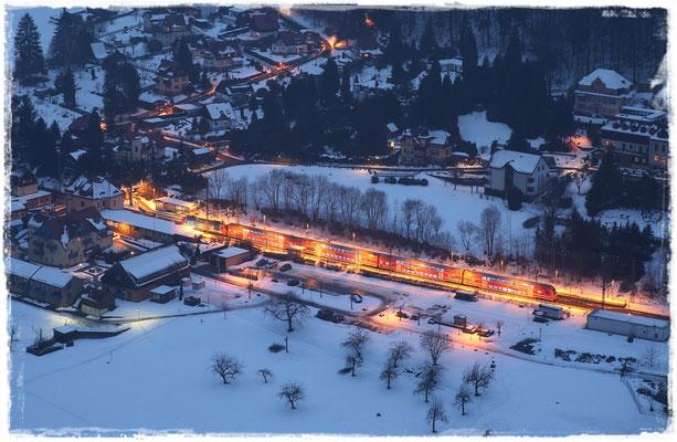 S-Bahn im winterlichen Bahnhof Rathen