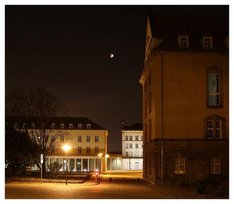 Blutmond über dem Hof von Schloss Sonnenstein
