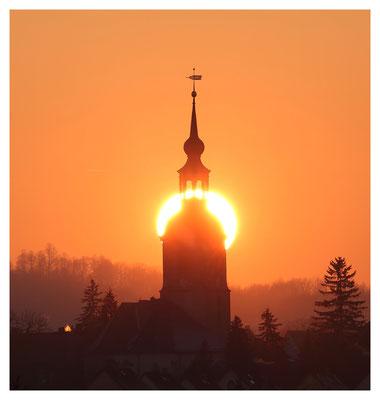 ...und die Wintersonne umgarnt den Burkhardswalder Kirchturm.