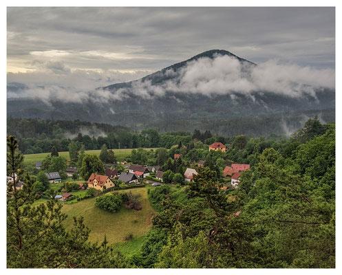 Blick über Hohenleipa (Vysoká Lípa) zum Rosenberg (Růžovský vrch)