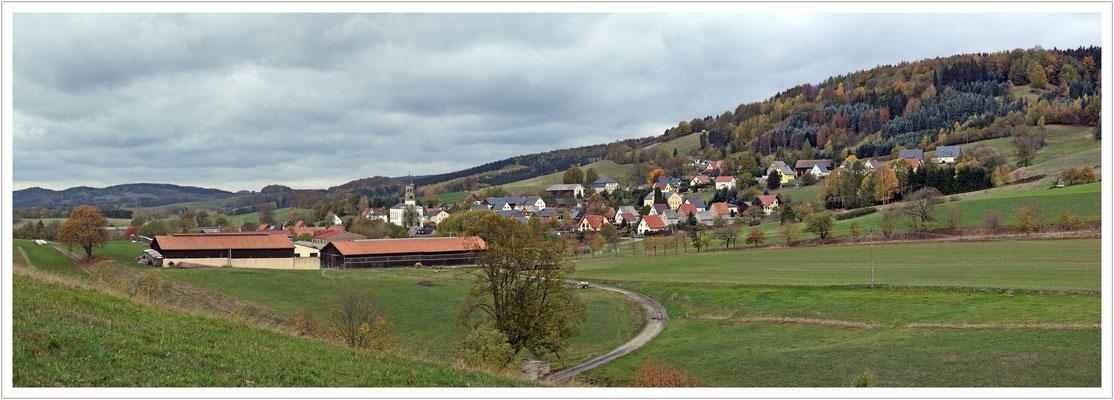 erster Rückblick vom Sandbergweg auf Saupsdorf unterm Wachberg
