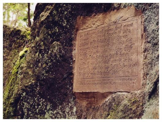 die Wolfstafel von 1640 erinnert an zwei Wölfe, die Forstmeister Grohmann hier erlegt hat