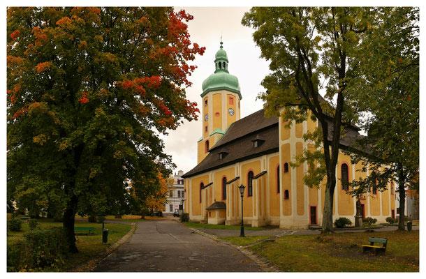 Glanz und Tristess liegen auf dem Kamm des Erzgebirges eng zusammen: die sanierte Kirche in Horní Blatná (Bergstadt Platten)...