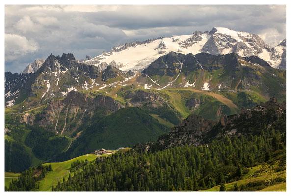 Blick von der Piz Boè Alpine Lounge zur Marmolada, dem höchsten Berg der Dolomiten