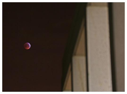 Hier steht der Mond über dem Abgang an der Cafeteria...