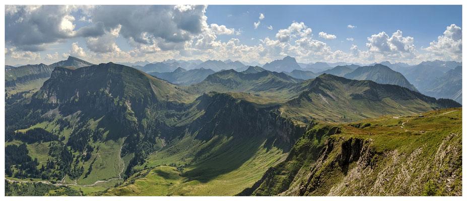 Ausblick vom Diedamskopf über die Bergwelt der Allgäuer Alpen.