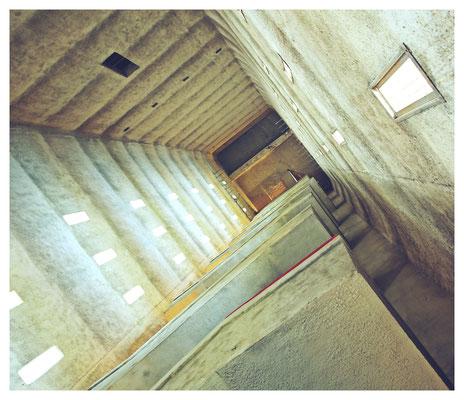 ...mit beeindruckendem Treppenhaus...