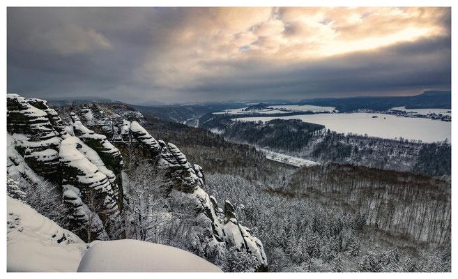 Schrammsteinausblick mit Lichtblick am Winterhimmel