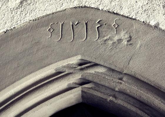 1513...alte Jahreszahl der Dorfkirche Diepolz im Allgäu
