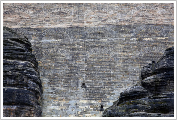 Die imposant hohe Südwestmauer
