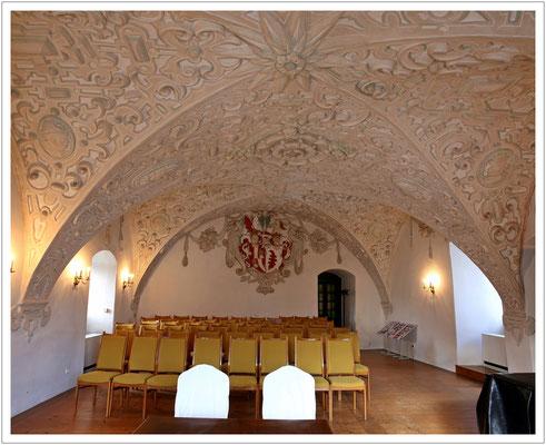 Der prachtvolle Wappensaal mit seiner Stuckdecke