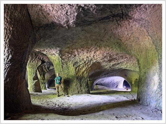 Im Eingangsbereich der Höhle waren die Sandsteinabbauer noch mutig...