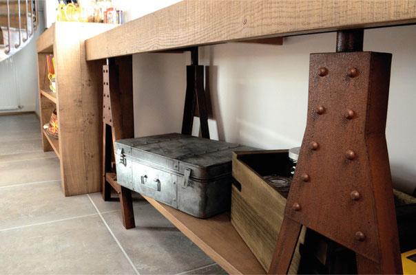 cuisine, chêne clair, bois massif, acier oxydé , iron corten, établi, trétaux, étagères, rivets, malle, valise, caisse