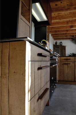 cuisine, atelier, chêne clair, bardage, acier oxydé , plan de travail, iron corten, hotte novy industrielle, vaisselier, poignées rouillées