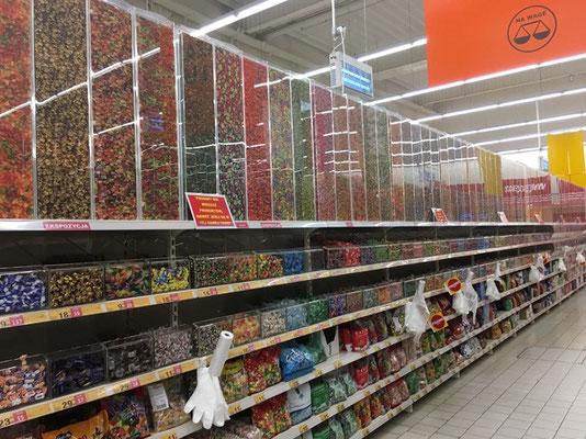 Süßigkeitenabteilung im Supermarkt