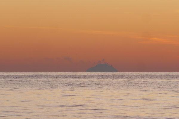 rauchende Vulkane auf dem Meer