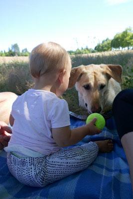 Zoé beim spielen mit Hund Duke