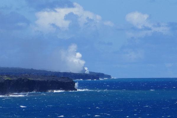 rauchend läuft die Lava ins Meer