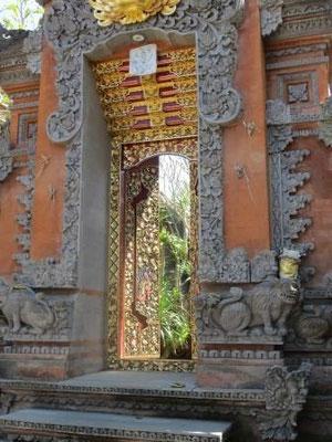 In den Gassen von Ubud - Tempeleingang