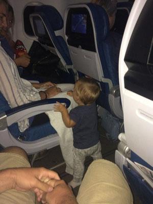 Zoé unterhielt im Flieger alle Passagiere ;)
