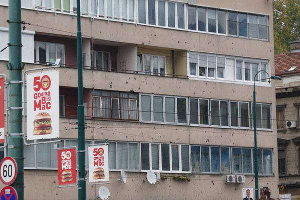 Sarajevo - manchen Gebäuden sieht man die Spuren des Krieges noch an