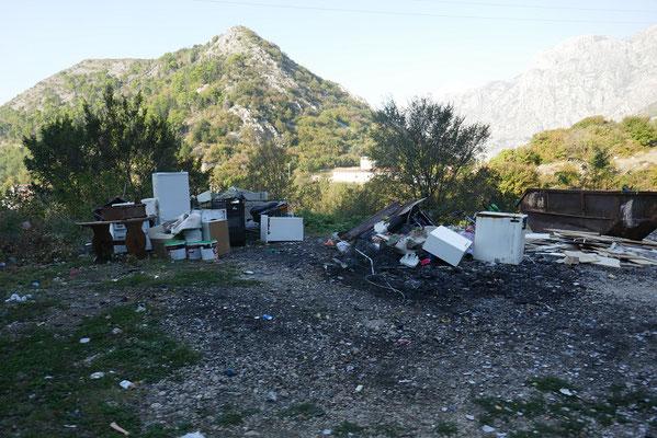 leider auch in Montenegro: Müllberge am Straßenrand