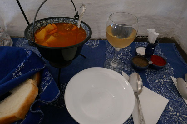 leckeres Gulasch mit ungarischem Wein