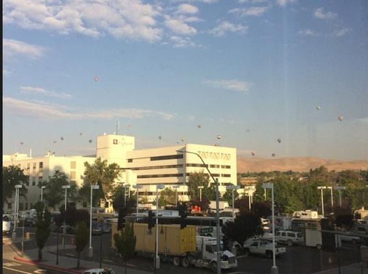 am Morgen sahen wir viele Heißluftballons
