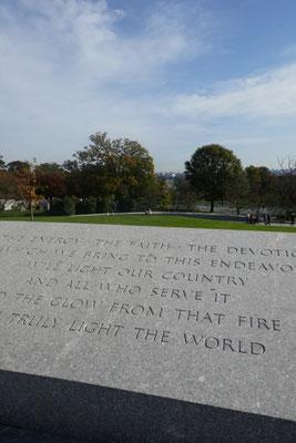 Am Grab der Familie Kennedy