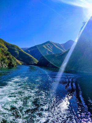 Fahrt auf dem Koman-See