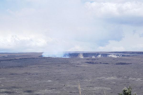 Der rauchende Kilauea Krater