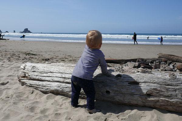 Zoé lernt am Strand laufen