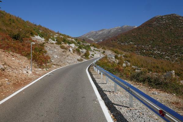 sogar die Straße zum Bergdorf Razma in den albanischen Alpen ist super
