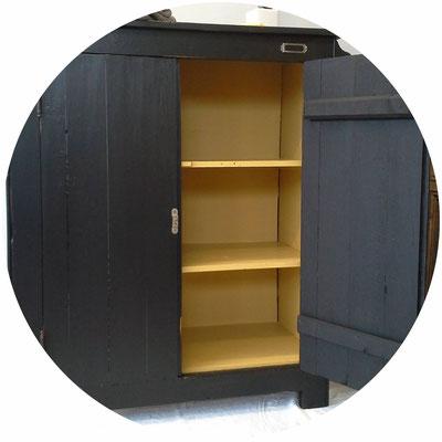 mobilier ancien, meuble vintage, commode noire intérieur moutarde