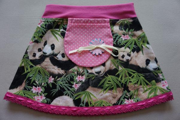 Voor: Panda's, rokje met een zakje. De onderkant is afgewerkt met een roze sierrandje. Artikelcode: 80-020. Prijs 22,95 excl. verzendkosten.