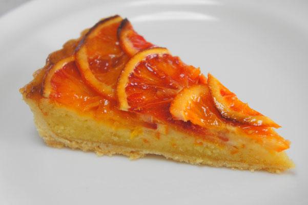 ブラッドオレンジのタルト ;甘煮にしたブラッドオレンジをたっぷりとのせて焼き上げたアーモンドタルト。生地にもオレンジジャムを入れてあるので濃厚なオレンジの香りの大人のドルチェです。