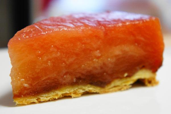 タルト・タタン(カット) ; バターと砂糖でいためた(キャラメリゼした)りんごをしいて焼いたあと、ひっくり返してりんごの部分を上にしたタルト。りんごのフレッシュ感を残しながら凝縮された味わいが。